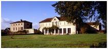 le chateau des Bouysses, vue arrière sur l'orangerie